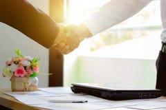 La poignée de main d'homme d'affaires, environ avec le travail, heureux avec le succès a accepté de fonctionner, vente d'affaires photographie stock