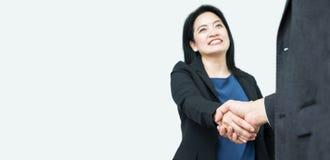 La poignée de main de femme d'affaires de sourire avec l'homme d'affaires, se focalisent en main, MOIS Image libre de droits