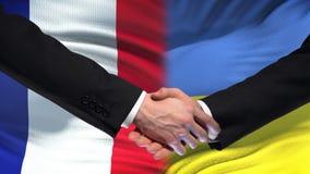 La poignée de main de Frances et de l'Ukraine, des relations internationales d'amitié marquent le fond clips vidéos