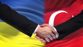 La poignée de main de l'Ukraine et de la Turquie, des relations internationales d'amitié marquent le fond banque de vidéos