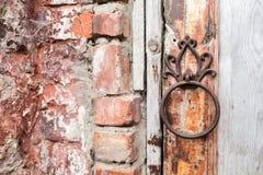 La poignée est sous forme d'anneau sur une porte en bois Entrée au manoir de Rukavishnikov dans le village de Podviazye image libre de droits