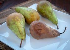 La poire fondue et fraîche porte des fruits d'un plat blanc Image stock