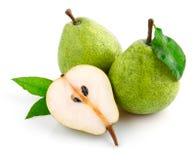La poire fraîche porte des fruits avec des lames de coupure et de vert Image stock