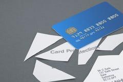 La política de la protección de la tarjeta de crédito cortó en pedazos con la tarjeta de crédito Imagenes de archivo