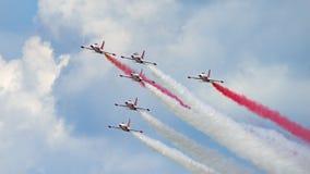 La POLARIZZAZIONE internazionale dello show aereo di Bucarest, rosso bianco scintilla il gruppo acrobatici dell'esposizione della fotografia stock