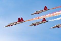 La POLARIZZAZIONE internazionale dello show aereo di Bucarest, turco Stars la dimostrazione del gruppo dell'aeronautica immagine stock