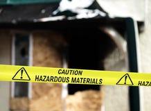 La policía amarilla de los materiales peligrosos de la precaución sujeta con cinta adhesiva Foto de archivo libre de regalías