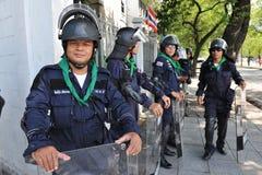La policía antidisturbios coloca al guardia en la casa del gobierno Imágenes de archivo libres de regalías