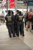 La policía antidisturbios en la central de Munich coloca imágenes de archivo libres de regalías