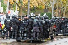 La policía antidisturbios en el vehículo a controlar ocupa a la muchedumbre de la protesta de Portland Fotografía de archivo