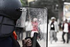 La policía antidisturbios y los manifestantes Imagenes de archivo