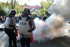 La policía apagó el fuego imagen de archivo libre de regalías
