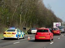 La policía asiste a un accidente de tráfico por carretera, foto de archivo libre de regalías