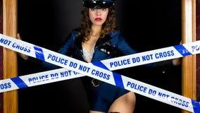 La policía atractiva va de fiesta a mujeres almacen de metraje de vídeo