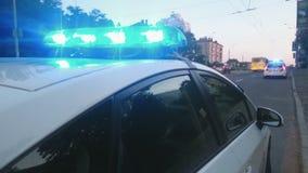 La policía azul el destellar del primer se enciende encima del coche patrulla, escena del crimen, emergencia metrajes