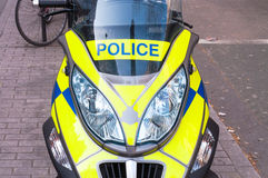 La policía BRITÁNICA bike parqueado en una trayectoria en Londres Foto de archivo