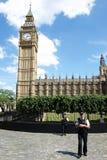La policía coloca al protector fuera del palacio de Westminster Imagenes de archivo