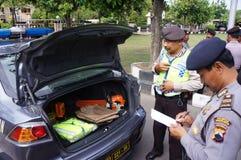 La policía comprueba el equipo Foto de archivo