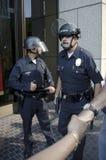 La policía de alboroto coloca al protector durante ocupa la marcha del LA Imagen de archivo