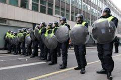 La policía de alboroto en Anti-Cortó protesta en Londres Foto de archivo libre de regalías