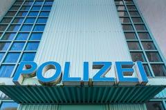 La policía de Polizei firma la estación Front Entrance Authority Blue Shield Fotos de archivo