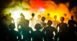 la policía del Anti-alboroto da la señal de estar lista Concepto del poder del gobierno Policía en la acción Humo en un fondo osc Fotografía de archivo libre de regalías