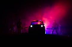 la policía del Anti-alboroto da la señal de estar lista Concepto del poder del gobierno Policía en la acción Humo en un fondo osc Imagenes de archivo