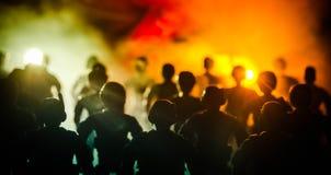 la policía del Anti-alboroto da la señal de estar lista Concepto del poder del gobierno Policía en la acción Humo en un fondo osc Foto de archivo