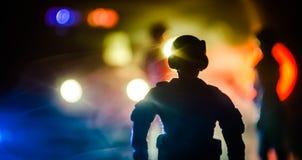 la policía del Anti-alboroto da la señal de estar lista Concepto del poder del gobierno Policía en la acción Humo en un fondo osc Fotos de archivo