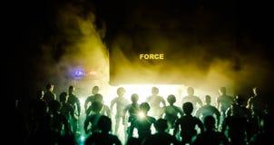 la policía del Anti-alboroto da la señal de estar lista Concepto del poder del gobierno Policía en la acción Humo en un fondo osc Imagen de archivo libre de regalías