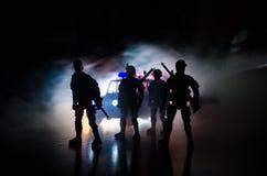 la policía del Anti-alboroto da la señal de estar lista Concepto del poder del gobierno Policía en la acción Humo en un fondo osc Fotos de archivo libres de regalías
