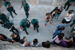 La policía desahucia a un grupo que protesta contra una celebración del encierro fotos de archivo