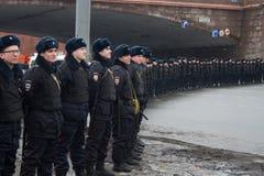 La policía en una memoria Nemtsov de marzo de la oposición Imagen de archivo libre de regalías