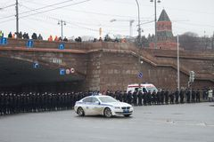 La policía en una memoria Nemtsov de marzo de la oposición Foto de archivo