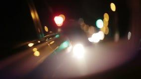 La policía enciende destellar en el espejo de la vista lateral del coche almacen de metraje de vídeo