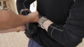 La policía esposa un ladrón almacen de video