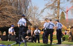 La policía está controlando a gente joven un lago Zurich principalmente f de t fotografía de archivo