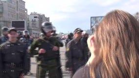 La policía está en el marzo de la oposición rusa almacen de video