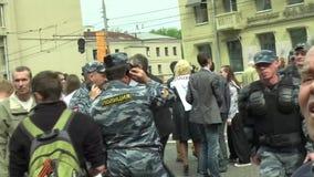 La policía está en el marzo de la oposición rusa metrajes
