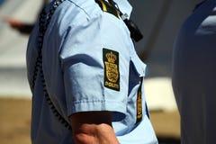 La policía firma en el brazo de los oficiales de policía imágenes de archivo libres de regalías