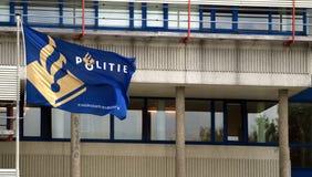 La policía holandesa señala por medio de una bandera Fotografía de archivo