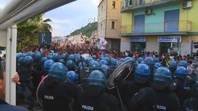 La policía italiana camina en línea durante el G7 en Taormina Sicilia