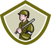 La policía militar con noche pega el escudo del bastón Imagenes de archivo