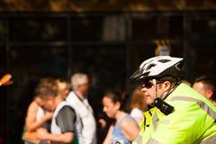 La policía monta en bicicleta el casco imagen de archivo libre de regalías