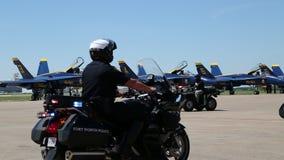 La policía monta la motocicleta en expo de la potencia de aire almacen de metraje de vídeo