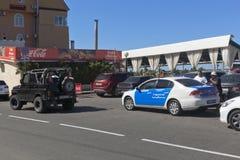 La policía paró un abierto un coche de UAZ con los pasajeros en las calles del acuerdo Adrer, Sochi Fotos de archivo