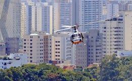 La policía patrulla en helicóptero Foto de archivo