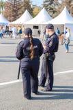 La policía patrulla en la plaza Fotos de archivo