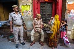 La policía patrulla las calles de la ciudad Fotos de archivo libres de regalías