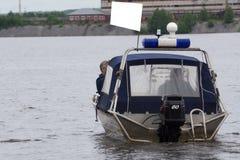 La policía polaca patrulla en el agua en el barco foto de archivo